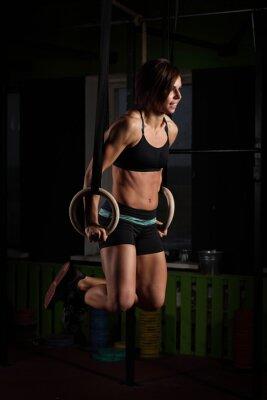 Plakat Fit młoda kobieta na pierścienie gimnastyczka