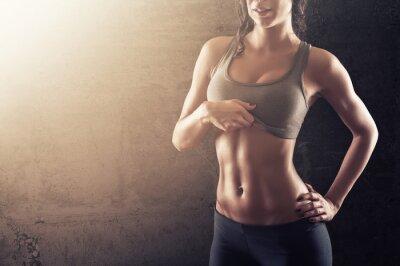 Plakat Fit młoda kobieta pokazano jej brzuch
