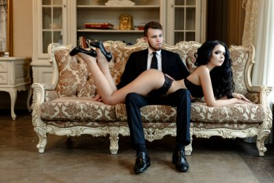 Plakat Fotografia mody romans sexy miłośników pary. kobieta z czarnymi kręconymi włosami w czarnej bieliźnie i mężczyzna ma na sobie garnitur