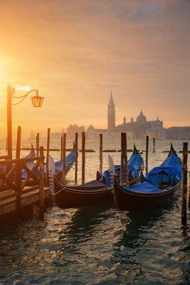 Plakat Gondole od Placu Świętego Marka w czasie wschodu słońca z San Giorgio di Maggiore w tle w Wenecji
