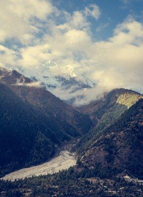 Plakat Góry wznoszący się nad doliną.