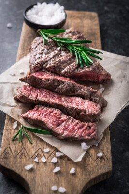 Plakat Grillowany stek wołowy z rozmarynem i solą na pokładzie cięcia