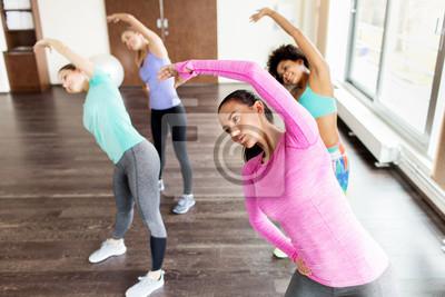 Plakat Grupa kobiet wykonujących w siłowni i rozciąganie