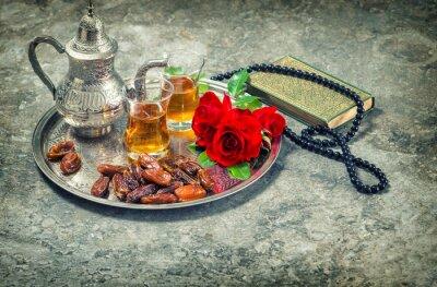 Plakat Herbata i czerwona róża kwiat, święty Koran i różaniec książki. Ramadan kar