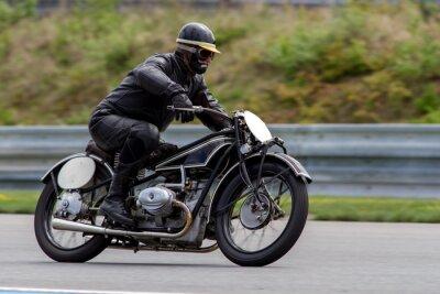 Plakat historycznych motocykli na torze w Brnie Masaryka