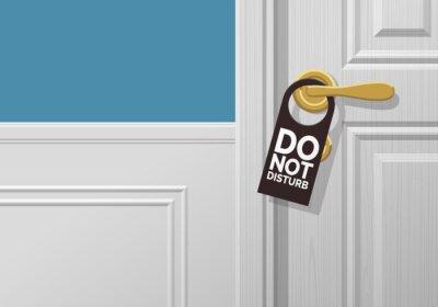 Plakat hotelowe klasyczne drzwi ze znakiem nie przeszkadzać