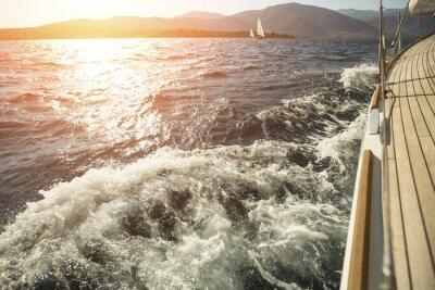 Plakat Jacht, Morze za burtę, żeglarstwo regaty podczas zachodu słońca.