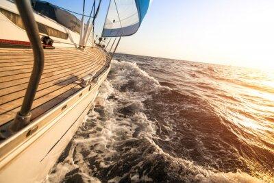 Plakat Jacht żaglowy w kierunku słońca. Luksusowe jachty.