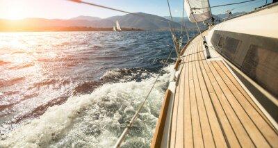 Plakat Jacht żaglowy w kierunku słońca. Żeglarstwo. Luksusowe jachty.