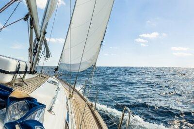 Plakat Jacht żaglowy w Oceanie Atlantyckim w słoneczny dzień rejsu