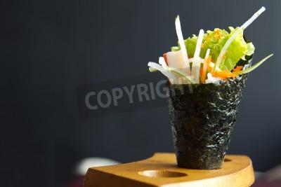 Plakat Japońskie jedzenie, California roll chwyt w dłoni uchwyt drewniany