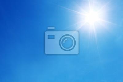 Plakat jasne słońce na błękitnym niebie