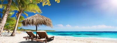 Plakat Karaibska Palm Beach Z Drewnianymi Krzesłami I Słomianym Parasolem - Idylliczna Wyspa