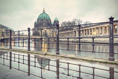 Plakat Katedra w Berlinie (Berliner Dom) i Wyspa Muzeów (Museumsinsel) odbicie w kałuży, Berlin, Niemcy, Europa, vintage filtrowane stylu
