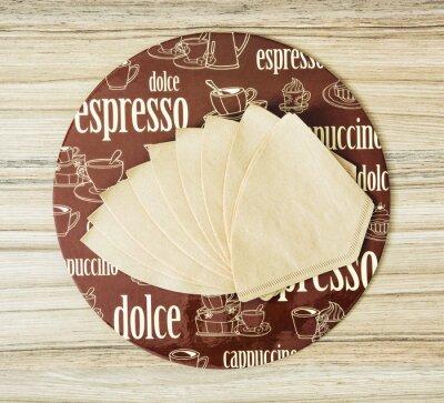 Plakat Kawa tematyczne filtry okrągłe zasobnik i kawy na drewnianym backgr