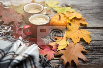 Plakat Kawa w kubkach emaliowanych. Jesienny lub jesienny koc, liście, rustykalny. Selektywna ostrość, miejsce do kopiowania