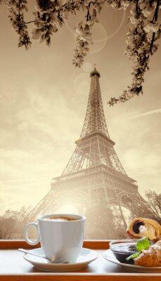 Plakat Kawa z croissanty przeciwko wieży Eiffla w Paryżu, Francja