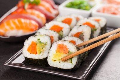 Plakat kawałki sushi z pałeczkami