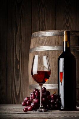 Plakat Kieliszek czerwonego wina z butelki i beczki stojącej