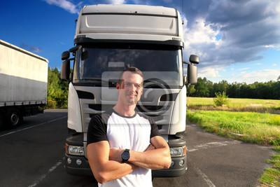 Kierowca ciężarówki na drodze z ciężarówkami