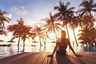 Plakat Kobieta korzystających wakacje wakacje luksusowy hotel przy plaży ośrodek basen