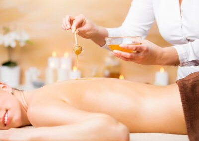 Plakat Kobieta korzystających z leczenia uzdrowiskowego z miodem