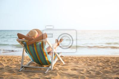 Plakat Kobieta na plaży w lecie