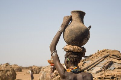 Plakat Kobieta nosi na głowie pojemnik z wodą, w Etiopii
