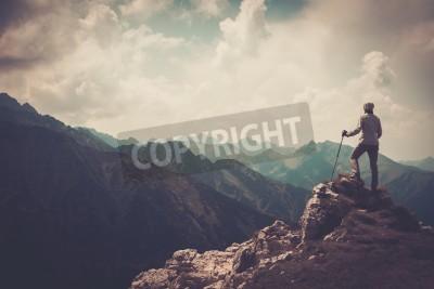 Plakat Kobieta turysta na szczycie góry