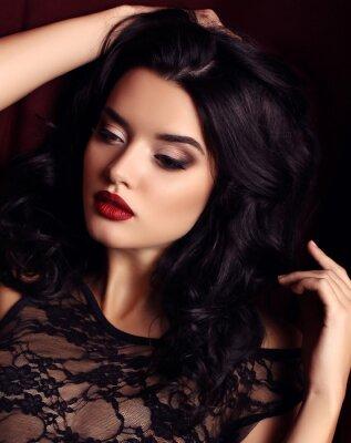 Plakat kobieta z ciemnymi włosami i wieczorem makijażu, nosi luksusowe czarne koronki strój