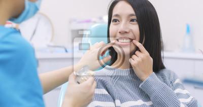 Plakat Kobiety rozmowa dentysta w stomatologicznej klinice