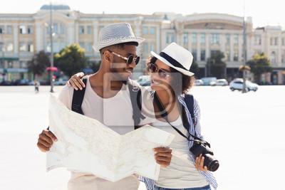 Plakat Kochająca afroamerykańska para podróżuje i czyta mapę w mieście
