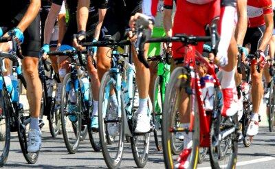 Plakat kolarzy podczas wyścigu drogowego w Europie cykl
