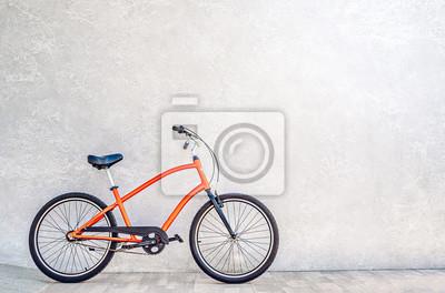 Plakat Kolor pomarańczowy rower miejski pod ścianą z błyszczącego srebrnego metalicznego tynku. Koncepcja Summertime