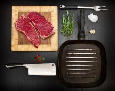 Plakat Kompozycja z surowego żeber i kuchennych narzędzi na czarnego drewna