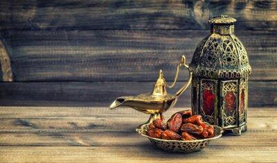 Plakat Lampa Ramadan i daty na tle drewnianych. Oriental lantern
