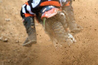 Plakat Latanie gruzu z motocrossu w dirt track