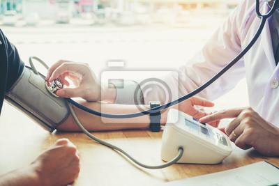 Plakat Lekarz pomiaru ciśnienia tętniczego kobieta pacjenta na prawej ręce Opieki zdrowotnej w szpitalu