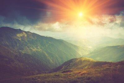 Plakat Letni krajobraz górski na słońcu. Szlak turystyczny w górach.