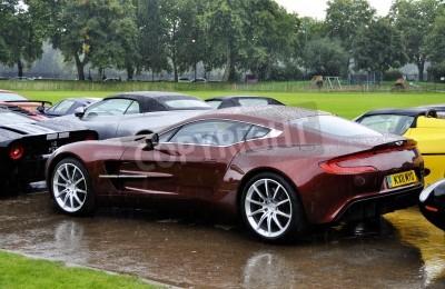 Plakat LONDON - 04 września: Aston Martin One-77 na Chelsea Auto Legends, w dniu 4 września 2011 roku w Londynie. Aston Martin One-77 będzie produkowany w zaledwie 77 jednostek.