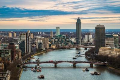 Plakat Londyn, Anglia - Widok z lotu ptaka panoramę zachodniego Londynu, w tym most Lambeth i Vauxhall Bridge z drapaczami chmur