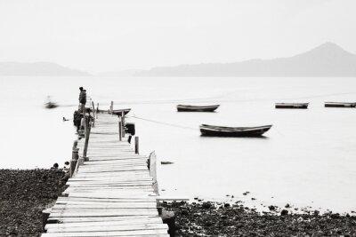Plakat Lonely molo wzdłuż wybrzeża, niskie nasycenie obrazu.