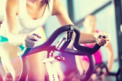 Plakat Ludzie w siłowni sportowej Spinning w