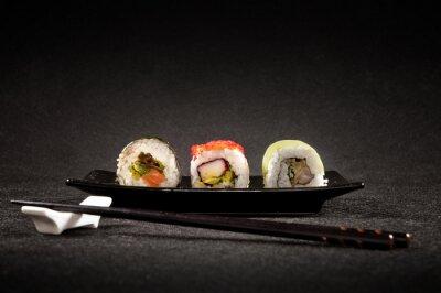 Plakat Luksusowy sushi na czarnym tle - Kuchnia japońska