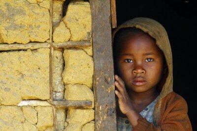Plakat Madagaskar-nieśmiały i biedny afrykański dziewczyna z chusta