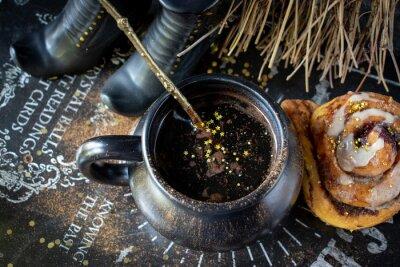 Plakat Magiczna Halloweenowa kawa z złocistymi gwiazdami i dyniową cynamonową rolką z czarownic butami i miotłą