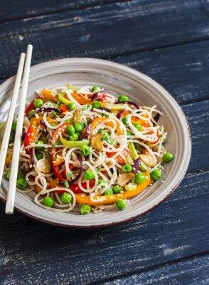 Plakat Makaron ryżowy z warzyw Stir fry na płycie ceramicznej na ciemnym tle drewniane