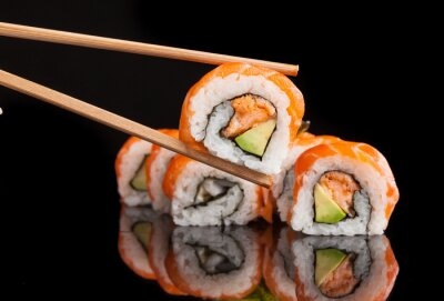 Plakat Maki sushi serwowane na czarnym tle