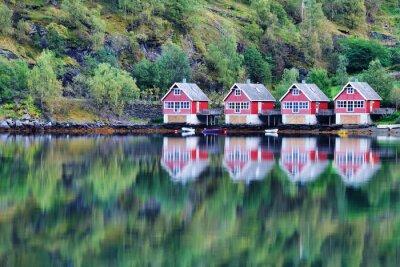Plakat Malowniczy widok na jezioro i rybackie chaty w Flam, Norwegia