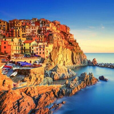 Plakat Manarola, skały i morze o zachodzie słońca. Cinque Terre, Włochy